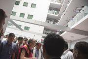 Сотрудники компании Sree Ramakrishna Exports осыпают Его Святейшество Далай-ламу розовыми лепестками. Сурат, штат Гуджарат, Индия. 1 января 2015 г. Фото: Тензин Чойджор (офис ЕСДЛ)