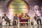 Его Святейшество Далай-лама на встрече со студентами университета Веер Нармад Южного Гуджарата. Сурат, штат Гуджарат, Индия. 1 января 2015 г. Фото: Тензин Чойджор (офис ЕСДЛ)