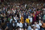 Его Святейшество Далай-лама фотографируется с членами тибетской общины штата Гуджарат. Сурат, штат Гуджарат, Индия. 1 января 2015 г. Фото: Тензин Чойджор (офис ЕСДЛ)