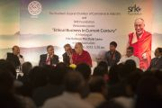 Его Святейшество Далай-лама отвечает на вопросы из зала на церемонии вручения премии Сантокбаа. Сурат, штат Гуджарат, Индия. 2 января 2015 г. Фото: Тензин Чойджор (офис ЕСДЛ)