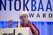 Его Святейшество Далай-лама в традиционном гуджаратском тюрбане на голове выступает на церемонии награждения премией Сантокбаа.