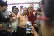 Его Святейшество Далай-лама фотографируется с журналистами после пресс-конференции. Сурат, штат Гуджарат, Индия. 2 января 2015 г. Фото: Тензин Чойджор (офис ЕСДЛ)