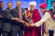 Его Святейшеству Далай-ламе вручили премию Сантокбаа. Сурат, штат Гуджарат, Индия. 2 января 2015 г. Фото: Тензин Чойджор (офис ЕСДЛ)