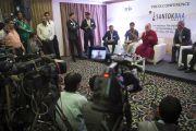 Его Святейшество Далай-лама на встрече с журналистами. Сурат, штат Гуджарат, Индия. 2 января 2015 г. Фото: Тензин Чойджор (офис ЕСДЛ)
