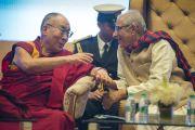 Его Святейшество Далай-лама и губернатор штата Ом Пракаш Коли на церемонии вручения премии Сантокбаа. Сурат, штат Гуджарат, Индия. 2 января 2015 г. Фото: Тензин Чойджор (офис ЕСДЛ)