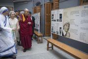 Его Святейшество Далай-лама осматривает выставку в доме матери Терезы. Калькутта, штат Западная Бенгалия, Индия. 12 января 2015 г. Фото: Тензин Чойджор (офис ЕСДЛ)