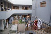 Его Святейшество Далай-ламу ведут в комнату матери Терезы в ее доме в Калькутте. Штат Западная Бенгалия, Индия. 12 января 2015 г. Фото: Тензин Чойджор (офис ЕСДЛ)