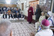 Его Святейшество Далай-лама обращается с речью к сестрам Ордена милосердия и сотрудникам миссии в доме матери Терезы. Калькутта, штат Западная Бенгалия, Индия. 12 января 2015 г. Фото: Тензин Чойджор (офис ЕСДЛ)