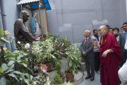 Его Святейшество Далай-лама перед статуей матери Терезы. Калькутта, штат Западная Бенгалия, Индия. 12 января 2015 г. Фото: Тензин Чойджор (офис ЕСДЛ)