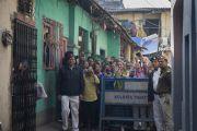Местные жители и поклонники встречают Его Святейшество Далай-ламу у дома матери Терезы. Калькутта, штат Западная Бенгалия, Индия. 12 января 2015 г. Фото: Тензин Чойджор (офис ЕСДЛ)