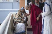 Его Святейшество Далай-лама с престарелой сестрой Ордена милосердия в доме матери Терезы. Калькутта, штат Западная Бенгалия, Индия. 12 января 2015 г. Фото: Тензин Чойджор (офис ЕСДЛ)