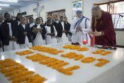 Его Святейшество Далай-лама зажигает свечу на могиле матери Терезы. Калькутта, штат Западная Бенгалия, Индия. 12 января 2015 г. Фото: Тензин Чойджор (офис ЕСДЛ)