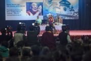 Его Святейшество Далай-лама приглашает слушателей задавать вопросы во время его лекции в Университете президентства. Калькутта, штат Западная Бенгалия, Индия. 13 января 2015 г. Фото: Тензин Чойджор (офис ЕСДЛ)