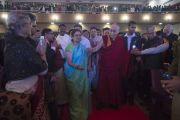 Ректор Университета президентства Анурадха Лохия провожает Его Святейшество Далай-ламу на сцену перед началом его публичной лекции. Калькутта, штат Западная Бенгалия, Индия. 13 января 2015 г. Фото: Тензин Чойджор (офис ЕСДЛ)