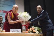Его Святейшеству Далай-ламе дарят цветы перед началом его лекции в больнице им. Рамманохара Лохии. Дели, Индия. 20 января 2015 г. Фото: Тензин Чойджор (офис ЕСДЛ)