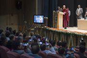 Его Святейшество Далай-лама выступает с лекцией в больнице им. Рамманохара Лохии. Дели, Индия. 20 января 2015 г. Фото: Тензин Чойджор (офис ЕСДЛ)