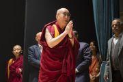 Его Святейшество Далай-лама приветствует аудиторию перед началом своей лекции в больнице им. Рамманохара Лохии. Дели, Индия. 20 января 2015 г. Фото: Тензин Чойджор (офис ЕСДЛ)