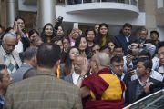Его Святейшество Далай-лама приветствует своих поклонников, покидая больницу им. Рамманохара Лохии. Дели, Индия. 20 января 2015 г. Фото: Тензин Чойджор (офис ЕСДЛ)