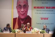 Его Святейшество Далай-лама отвечает на вопросы во время своей лекции в больнице им. Рамманохара Лохии. Дели, Индия. 20 января 2015 г. Фото: Тензин Чойджор (офис ЕСДЛ)