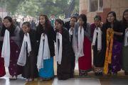 У входа в больницу им. Рамманохара Лохии Его Святейшество Далай-ламу встречали тибетские студенты, проходящие здесь обучение. Дели, Индия. 20 января 2015 г. Фото: Тензин Чойджор (офис ЕСДЛ)