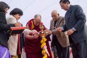 Его Святейшество Далай-лама по традиции зажигает светильник перед началом своей лекции в англо-ведической школе им. Даянанда. Газиабад, штат Уттар-Прадеш, Индия. 27 января 2015 г. Фото: Тензин Чойджор (офис ЕСДЛ)