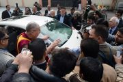Его Святейшество Далай-лама отвечает на вопросы журналистов перед отъездом из англо-ведической школы им. Даянанда. Газиабад, штат Уттар-Прадеш, Индия. 27 января 2015 г. Фото: Тензин Чойджор (офис ЕСДЛ)