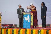 Его Святейшество Далай-лама выступает с лекцией в англо-ведической школе им. Даянанда. Газиабад, штат Уттар-Прадеш, Индия. 27 января 2015 г. Фото: Тензин Чойджор (офис ЕСДЛ)