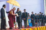 Его Святейшество Далай-лама вручает ученикам англо-ведической школы им. Даянанда награды за успехи в учебе. Газиабад, штат Уттар-Прадеш, Индия. 27 января 2015 г. Фото: Тензин Чойджор (офис ЕСДЛ)