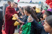 Ученики и сотрудники англо-ведической школы им. Даянанда приветствуют Его Святейшество Далай-ламу. Газиабад, штат Уттар-Прадеш, Индия. 27 января 2015 г. Фото: Тензин Чойджор (офис ЕСДЛ)