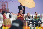 Его Святейшество Далай-лама отвечает на вопросы во время лекции в англо-ведической школе им. Даянанда. Газиабад, штат Уттар-Прадеш, Индия. 27 января 2015 г. Фото: Тензин Чойджор (офис ЕСДЛ)
