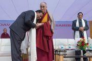 Директор англо-ведической школы им. Даянанда В. Сингх благодарит Его Святейшество Далай-ламу за лекцию и посещение школы. Газиабад, штат Уттар-Прадеш, Индия. 27 января 2015 г. Фото: Тензин Чойджор (офис ЕСДЛ)