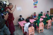 Его Святейшество Далай-лама здоровается с детьми в детском саду при англо-ведической школе им. Даянанда. Газиабад, штат Уттар-Прадеш, Индия. 27 января 2015 г. Фото: Тензин Чойджор (офис ЕСДЛ)