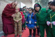 Его Святейшество Далай-лама фотографируется на память с маленьким воспитанником детского сада при англо-ведической школе им. Даянанда. Газиабад, штат Уттар-Прадеш, Индия. 27 января 2015 г. Фото: Тензин Чойджор (офис ЕСДЛ)