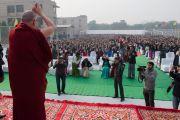 Его Святейшество Далай-лама приветствует учеников и сотрудников англо-ведической школы им. Даянанда перед началом своей лекции. Газиабад, штат Уттар-Прадеш, Индия. 27 января 2015 г. Фото: Тензин Чойджор (офис ЕСДЛ)