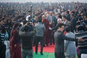 Его Святейшество Далай-лама направляется к сцене в англо-ведической школе им. Даянанда, чтобы выступить с лекцией. Газиабад, штат Уттар-Прадеш, Индия. 27 января 2015 г. Фото: Тензин Чойджор (офис ЕСДЛ)