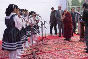 Его Святейшество Далай-лама благодарит учеников англо-ведической школы им. Даянанда, чье выступление предварило его лекцию. Газиабад, штат Уттар-Прадеш, Индия. 27 января 2015 г. Фото: Тензин Чойджор (офис ЕСДЛ)