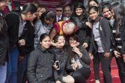 """Его Святейшество Далай-лама с членами студенческого совета женского колледжа Калинди после лекции """"Сострадание и образование"""". Нью-Дели, Индия. 28 января 2015 г. Фото: Тензин Чойджор (офис ЕСДЛ)"""