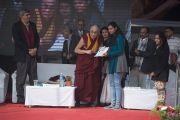 Его Святейшество Далай-лама вручает награды победительницам конкурса ораторского мастерства в женском колледже Калинди в делийском университете. Нью-Дели, Индия. 28 января 2015 г. Фото: Тензин Чойджор (офис ЕСДЛ)