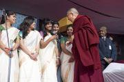 Его Святейшество Далай-лама здоровается со студентками женского колледжа Калинди, которые спели песню в его честь. Нью-Дели, Индия. 28 января 2015 г. Фото: Тензин Чойджор (офис ЕСДЛ)