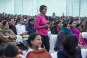 Студентка женского колледжа Калинди слушает ответ Его Святейшества Далай-ламы на свой вопрос. Нью-Дели, Индия. 28 января 2015 г. Фото: Тензин Чойджор (офис ЕСДЛ)