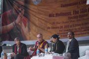 """Его Святейшество Далай-лама отвечает на вопросы слушателей во время лекции """"Сострадание и образование"""" в женском колледже Калинди в делийском университете. Нью-Дели, Индия. 28 января 2015 г. Фото: Тензин Чойджор (офис ЕСДЛ)"""
