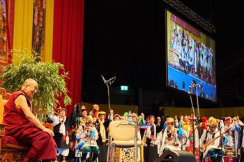 В Базеле Далай-лама даровал посвящение Авалокитешвары и прочел публичную лекцию