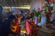 Его Святейшество Далай-лама зажигает светильник перед новой статуей в Молодежном буддийском обществе. Санкиса, штат Уттар-Прадеш, Индия. 31 января 2015 г. Фото: Тензин Чойджор (офис ЕСДЛ)