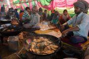 Приготовление обеда для многих тысяч участников учений Его Святейшества Далай-ламы в Молодежном буддийском обществе. Санкиса, штат Уттар-Прадеш, Индия. 31 января 2015 г. Фото: Тензин Чойджор (офис ЕСДЛ)