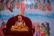 Его Святейшество Далай-лама читает «Дхаммападу» во время учений в Молодежном буддийском обществе. Санкиса, штат Уттар-Прадеш, Индия. 31 января 2015 г. Фото: Тензин Чойджор (офис ЕСДЛ)