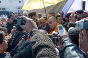 Его Святейшество Далай-лама отвечает на вопросы журналистов во время обеденного перерыва на учениях в Молодежном буддийском обществе. Санкиса, штат Уттар-Прадеш, Индия. 31 января 2015 г. Фото: Тензин Чойджор (офис ЕСДЛ)
