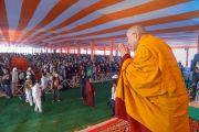 Его Святейшество Далай-лама приветствует слушателей в начале учений в Молодежном буддийском обществе. Санкиса, штат Уттар-Прадеш, Индия. 31 января 2015 г. Фото: Тензин Чойджор (офис ЕСДЛ)
