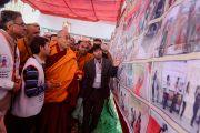 Его Святейшество Далай-лама знакомится с экспозицией, посвященной деятельности Молодежного буддийского общества. Санкиса, штат Уттар-Прадеш, Индия. 31 января 2015 г. Фото: Тензин Чойджор (офис ЕСДЛ)