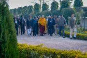 Его Святейшество Далай-лама направляется к буддийской часовне, расположенной неподалеку от его гостиницы. Санкиса, штат Уттар-Прадеш, Индия. 31 января 2015 г. Фото: Тензин Чойджор (офис ЕСДЛ)