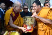 Монах из Таиланда вручает подарок Его Святейшеству Далай-ламе по окончании учений в Молодежном буддийском обществе. Санкиса, штат Уттар-Прадеш, Индия. 1 февраля 2015 г. Фото: Тензин Чойджор (офис ЕСДЛ)
